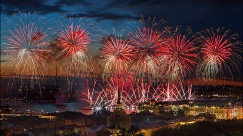 Fuochi d'artificio nella città giorno 26 maggio (banchine della Neva)