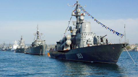 Excursion à la journée de la marine à bord du navire – sur « La parade des navires de guerre »