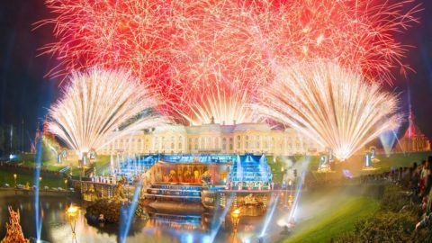 Meteors in Peterhof fountains on holiday closing 2019